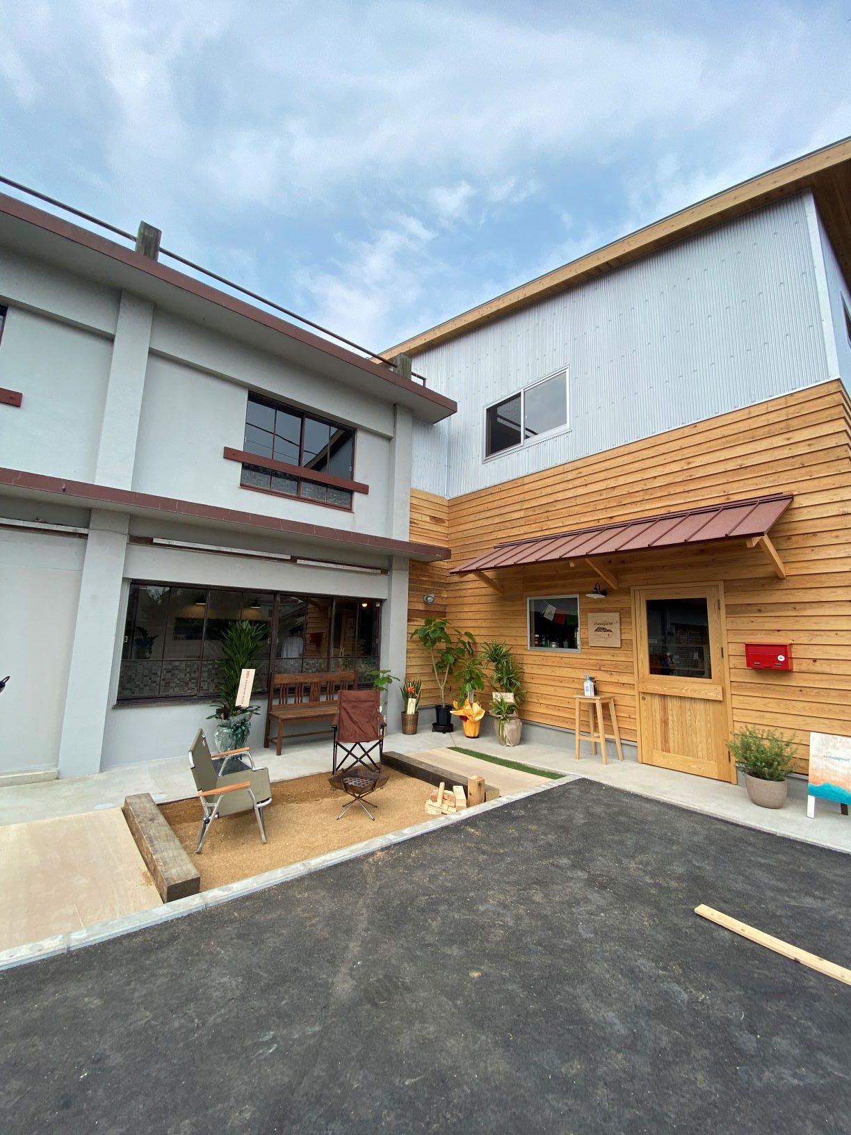 コンクリート×木×ガルバで造る店舗併用住宅